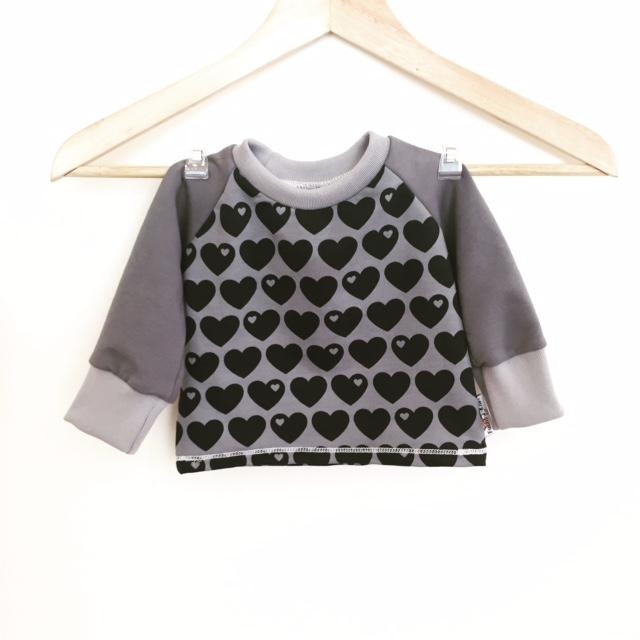 langarmshirt mit herzen grau. Black Bedroom Furniture Sets. Home Design Ideas