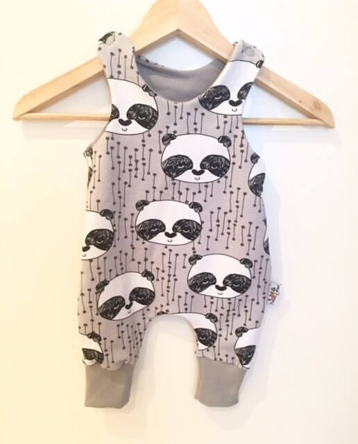 Strampler mit Panda grau