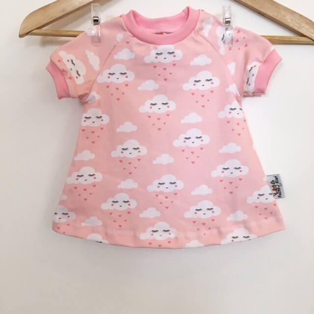 Kurzarmkleid mit Wolken & Herzen rosa