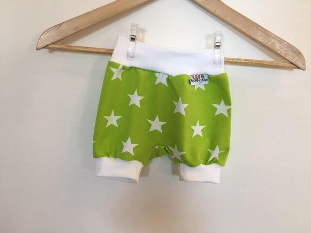 Kurze Hose mit Sternen hellgrün/weiss