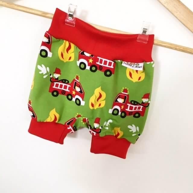 Kurze Hose mit Feuerwehr grün