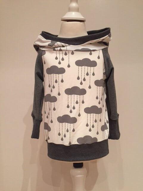 Hoodie mit Wolken & Regentropfen grau