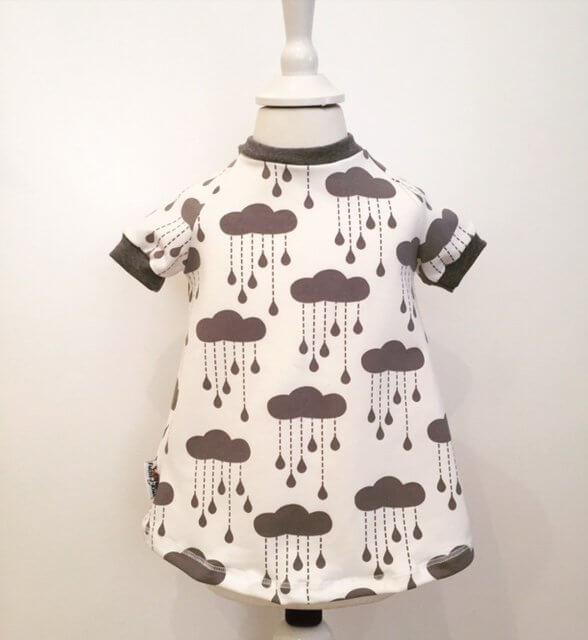 Kurzarmkleid mit Wolken & Regentropfen grau