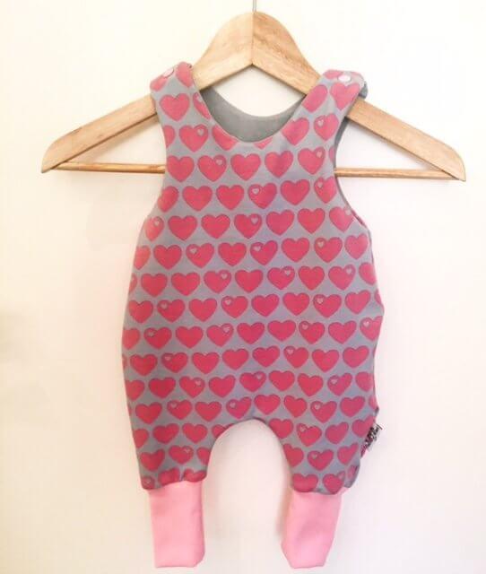 Strampler mit Herzen rosa