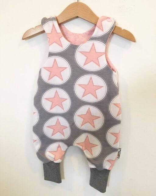 Strampler mit Sternen rosa/grau