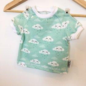 T-Shirt Wolken mit Herzen blau