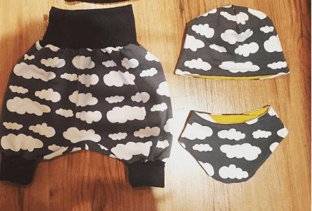 Set aus Beanie, Halstuch & Hose mit Wolken grau