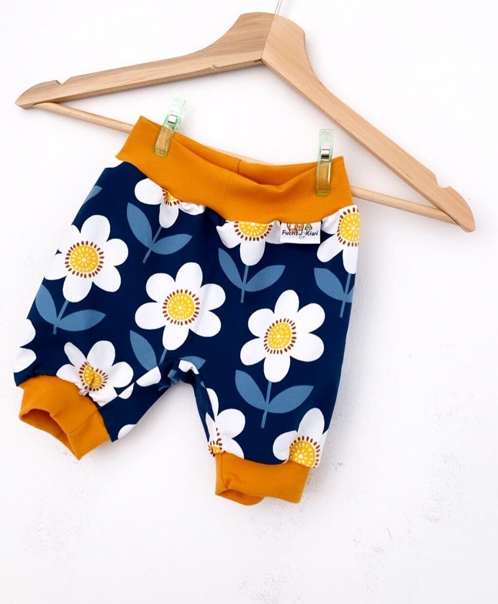 kurze Hose Blumen dunkelblau/weiss